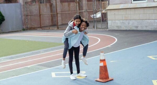 2 meisjes op het sportveld