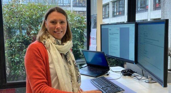 Birgit Collier aan bureau